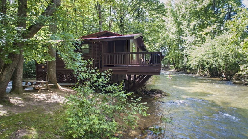 RIVERS EDGE- NOT PET FRIENDLY- Cozy River Front Cottage Style Cabin, Fire Pit, Hot Tub.  Newly Re-designed with Luxuries of Home.