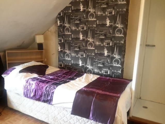 Double bedroom, Single bed