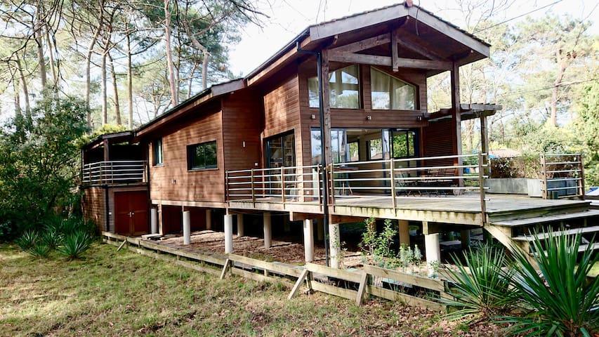 Très belle maison en bois sur pilotis à 30m du Lac