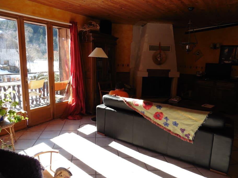 Le salon, avec la cheminée et la porte-fenêtre du balcon.