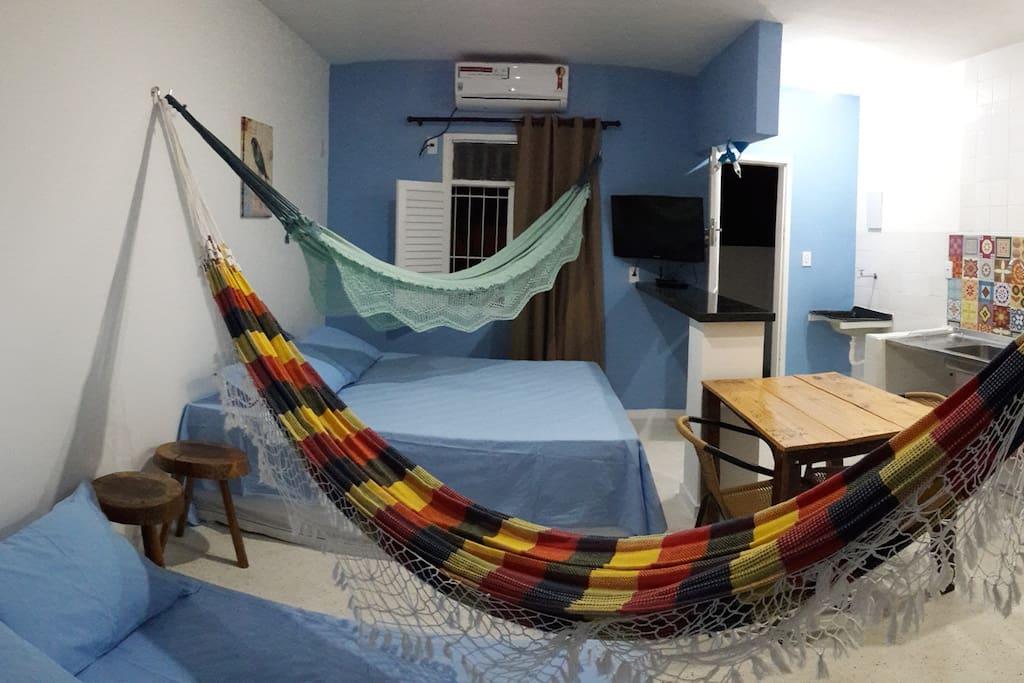 Espaço para 4 pessoas em cama e 2 nas redes