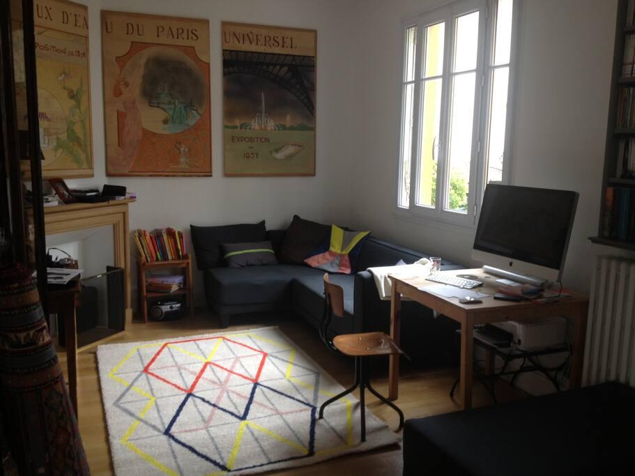 Coin enfants/ bureau : télévision, ordinateur, jouets, livres et magasines enfants