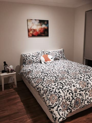 Kingsdown queen bed in modern family home - High Wycombe - Apartment