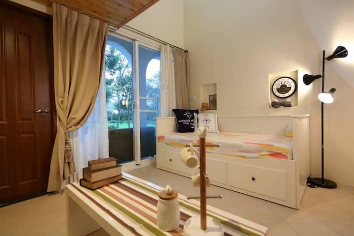 歡迎走入女王的最愛,坲卡夏莊園『103夏綠地雙人房』, 繽紛色彩跳躍在閣樓空間