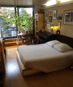 Great room in loft for 2 to visit Paris Wi-Fi tv