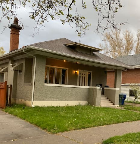 Clean Modern Downtown Cottage - All New -Rear Unit