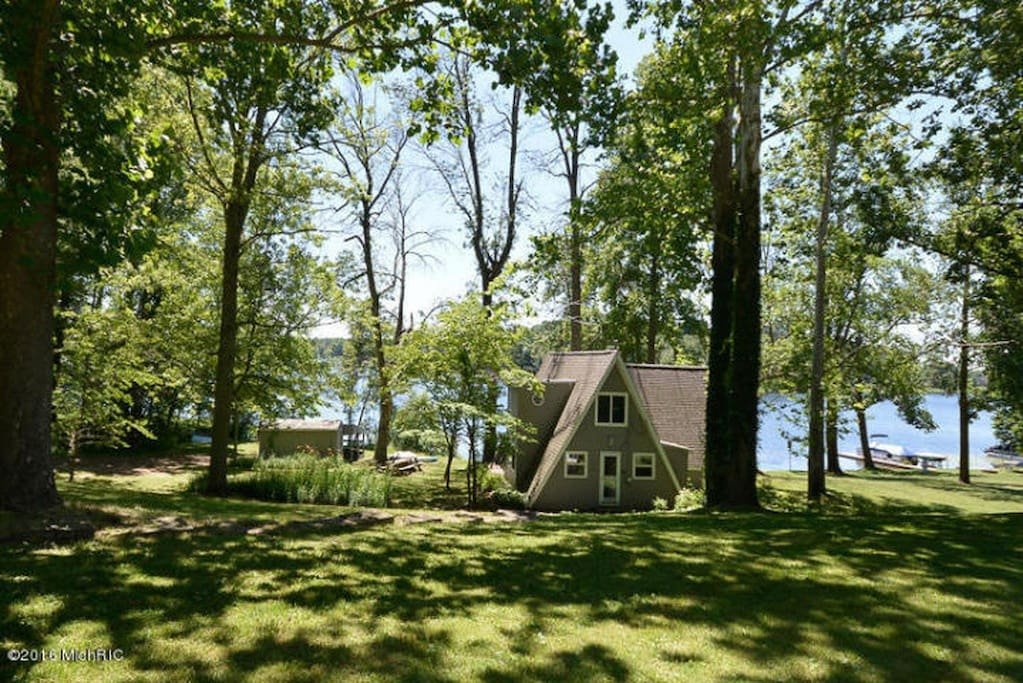 Charming 4 bed 2 bath lake house houses for rent in for Bath house michigan