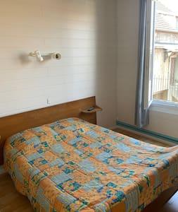 Chambre privative & agréable espace commun - 1