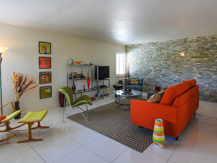 Stylish mid-century condo w/ private courtyard & shared pools/hot tubs/tennis!