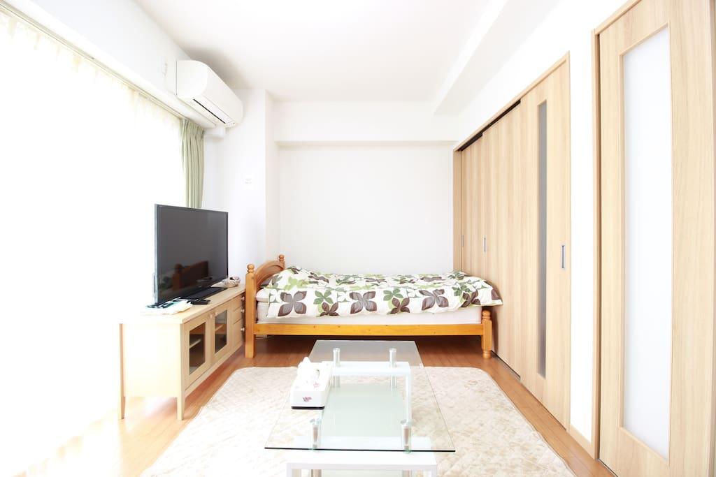 【Living room】A single bed, a tv and a table