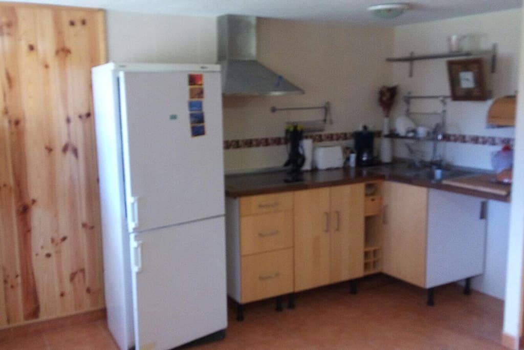 cocina y nevera con todo lo necesario para cocinar. no es compartida esta dentro de la misma casa.