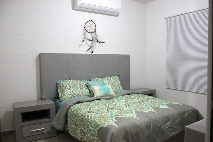 El cuarto principal tiene una cama queen size y aire acondicionado para que estés cómodo y fresco.