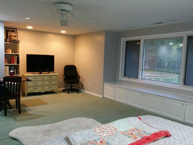 Airy and spacious room near Yale
