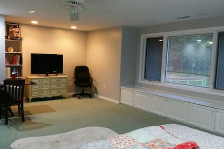Airy and spacious room near Yale - West Haven