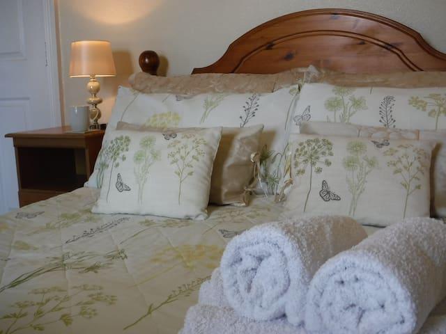 Family/Twin bedroom- Monfa B&B by the sea in Tywyn