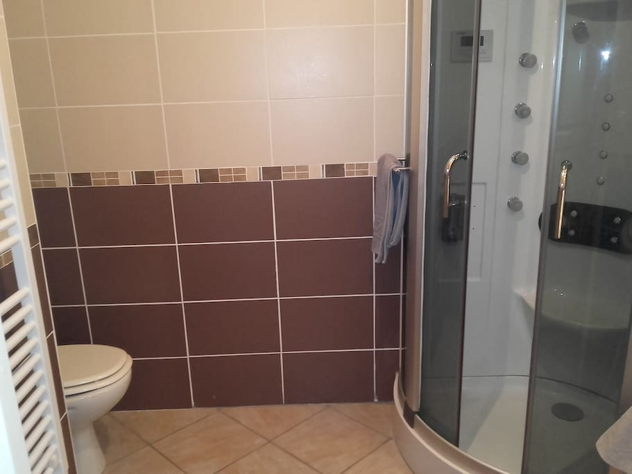 Salle de bain privative juste à côté de la chambre.