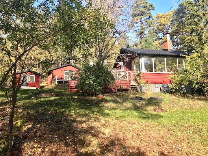 Cozy Stockholm archipelago cottage with jacuzzi