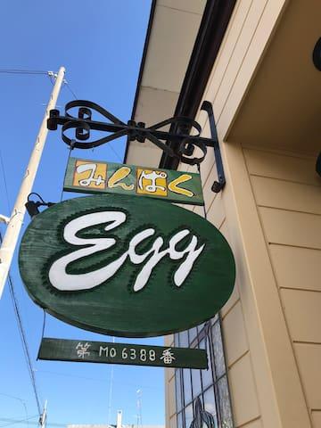 Eggカラーのグリーンの看板