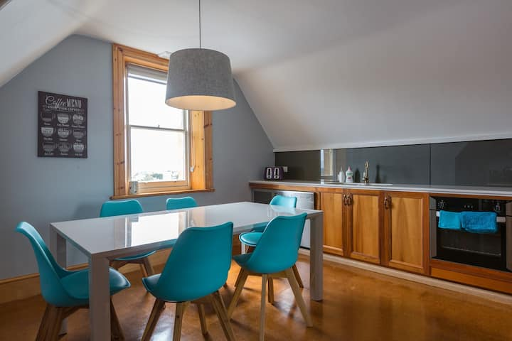 A comfortable home with West Hobart view - Manitu