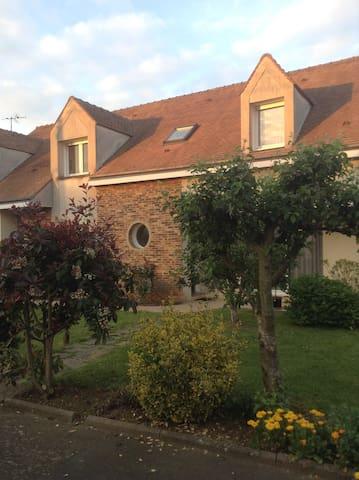Chambre indépendante et calme - La Chapelle-Saint-Aubin - Bed & Breakfast