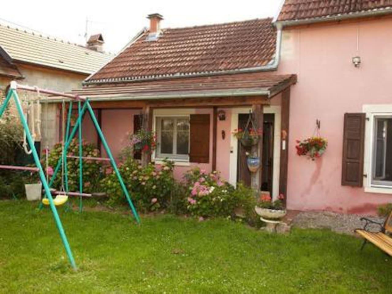 pelouse fleurie,entrée de la maison,terrasse couverte