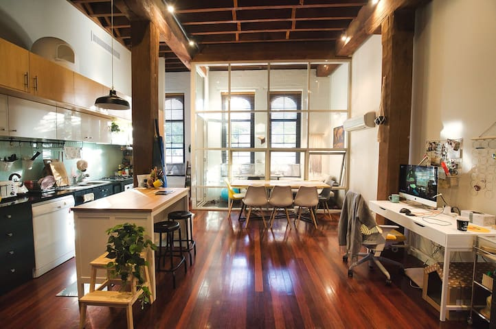 Central landmark heritage warehouse loft w/ensuite