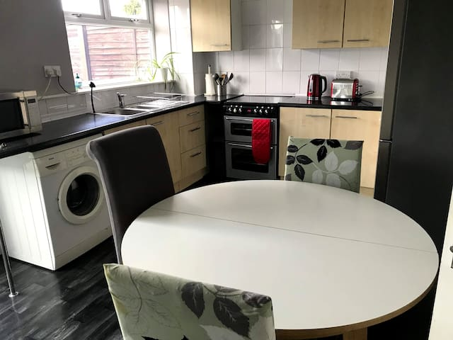 3 bed home, garden, parking, long stay discount
