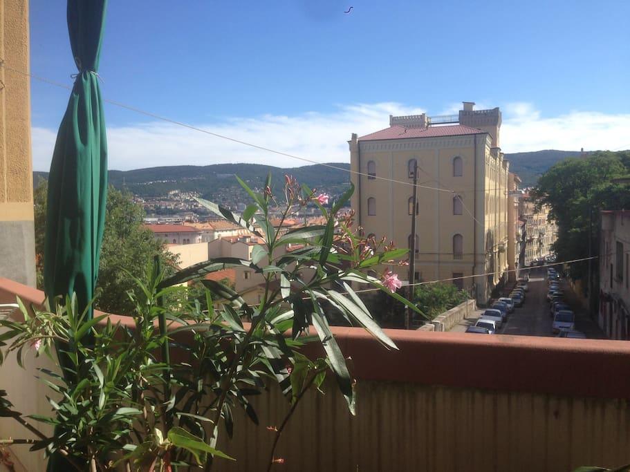La vista dalla terrazza, la città, il Carso, il panorama.