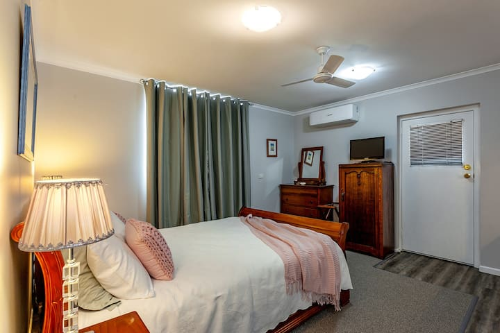 Hanging cupboard, chest of drawers and two bedside tables so you can unpack. Block out curtains as well as venetian blind. Air conditioning for heating and cooling as well as ceiling fan. Back door to garden and bbq