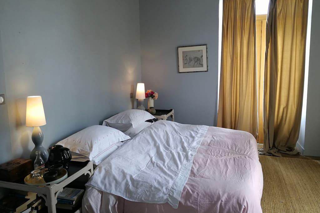 Le double lit, avec une bouilloire