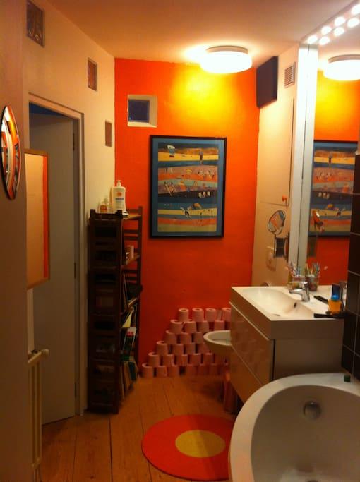 Grande Salle de Bain, avec baignoire et  grande douche