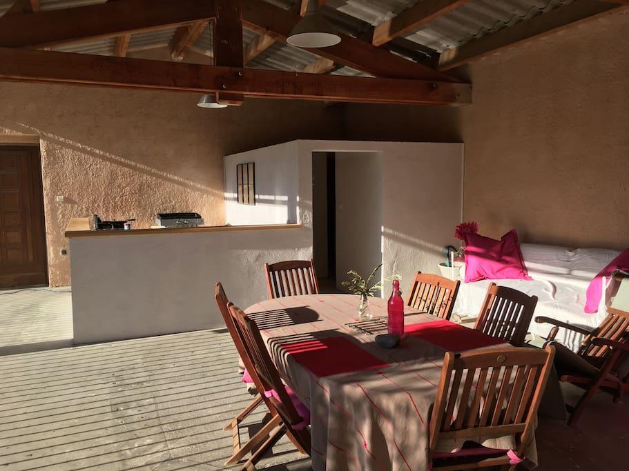 Cuisine d'été, terrasse ombragée