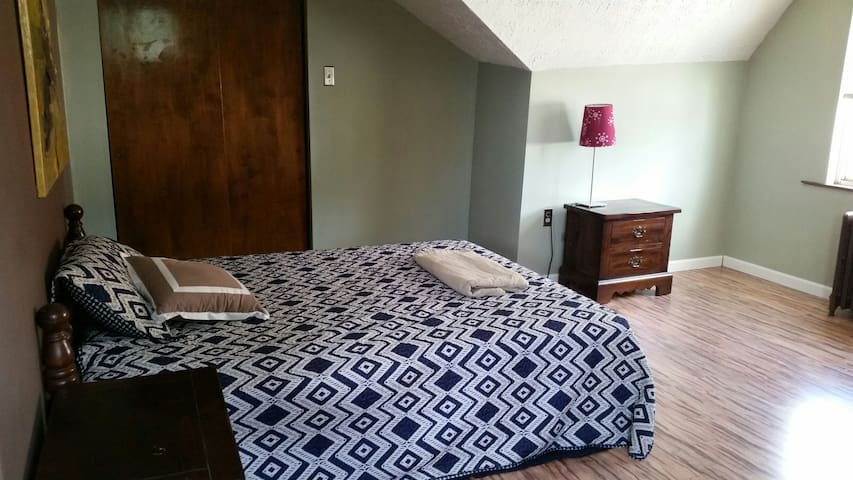 Spacious 3 Room Flat with Parking - Pittsburgh - Apartamento