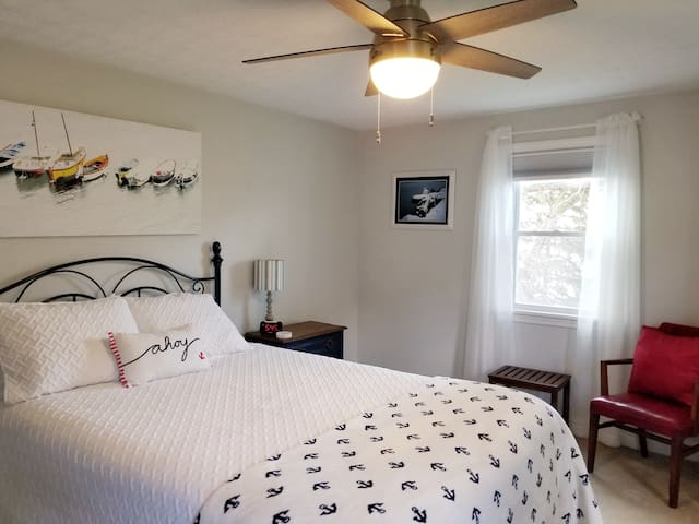 Lake front queen bedroom with cable TV
