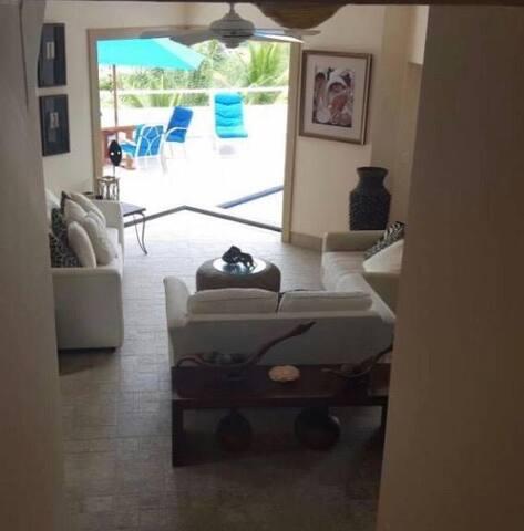 Casa de  lujo con piscina privada y vista al mar