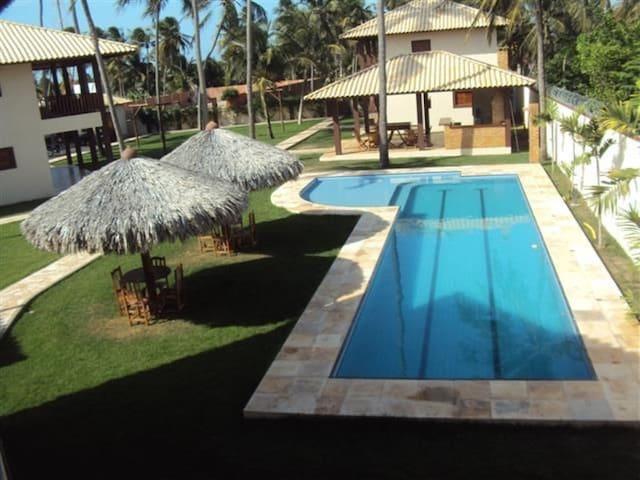Bangalô com 3 suítes climatizadas e piscina