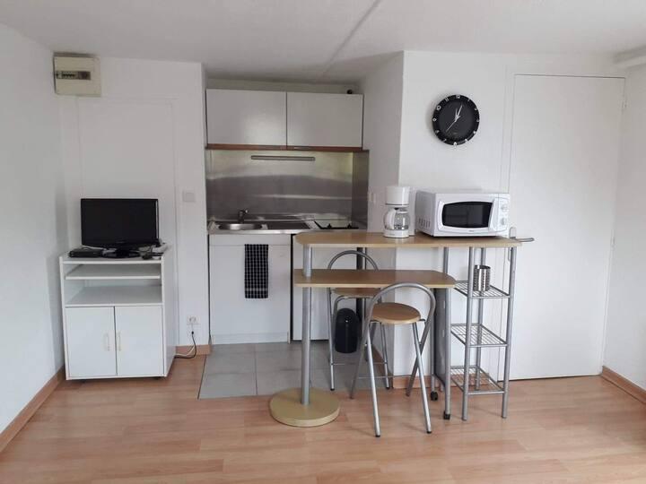 Studio indépendant avec terrasse en RDC de maison