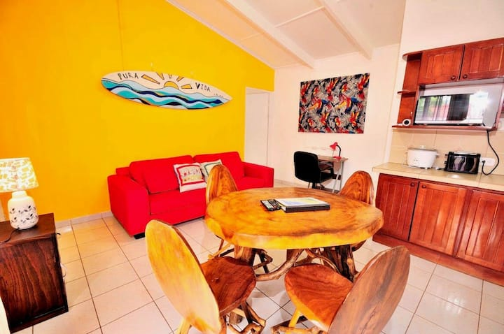 Jacó condo: walk to beach and town, pool, AC, Wifi