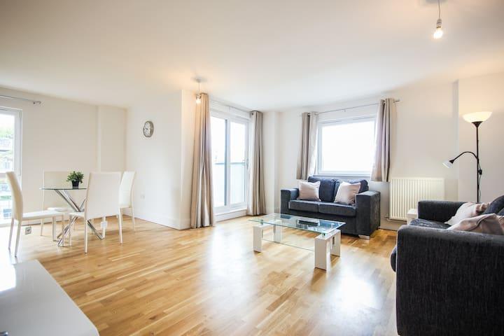 Large 2 bed apartment | River-views | City Centre