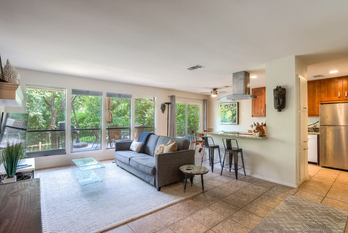 3BR; Expansive Greenbelt View! Walk to ACL!