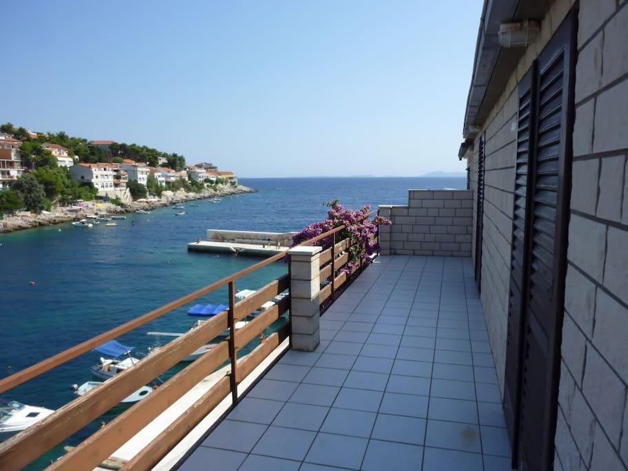 großer Balkon mit Blick auf die Bucht und das Meer