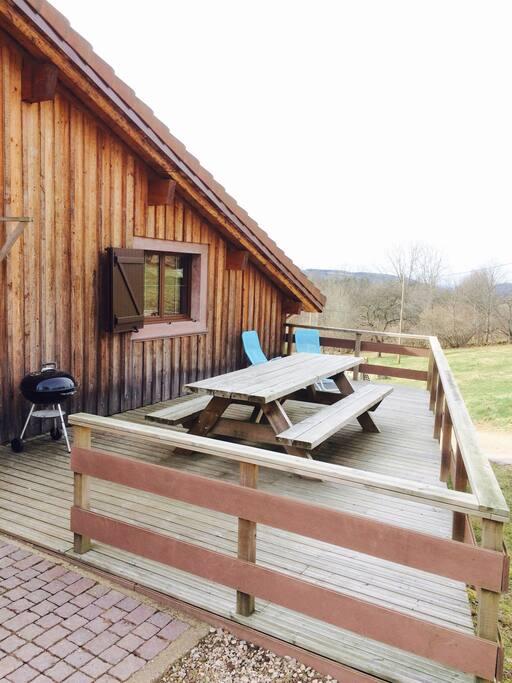 Terrasse avec table, transat et barbecue