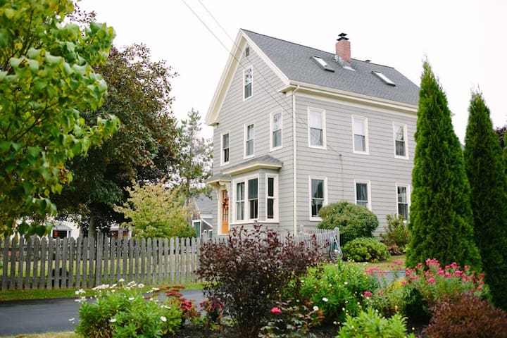 Quaint 1890's farmhouse near ocean - Saco - Hus