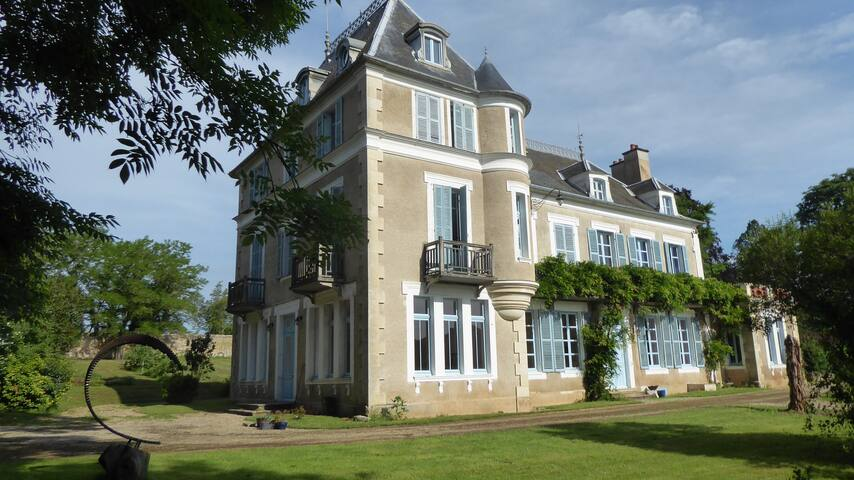 Stylish, comfortable, 'petit' Chateau in Burgundy
