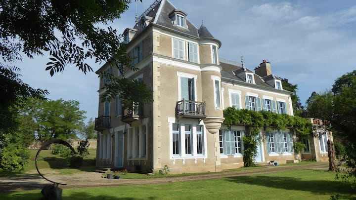 Stylish, comfortable, 'petit' Chateau in Burgundy
