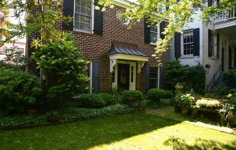 Charming Carriage House in the Center of Town!