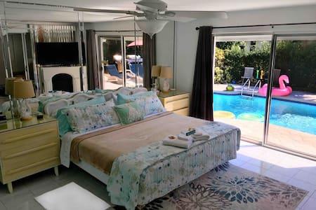 Beach house & heated pool, full laundry & kitchen