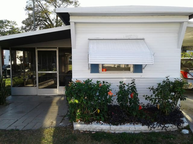 PRIVATE CLEARWATER BEACH HOUSE & LANAI 2BD 1.5BA - Clearwater - Hus