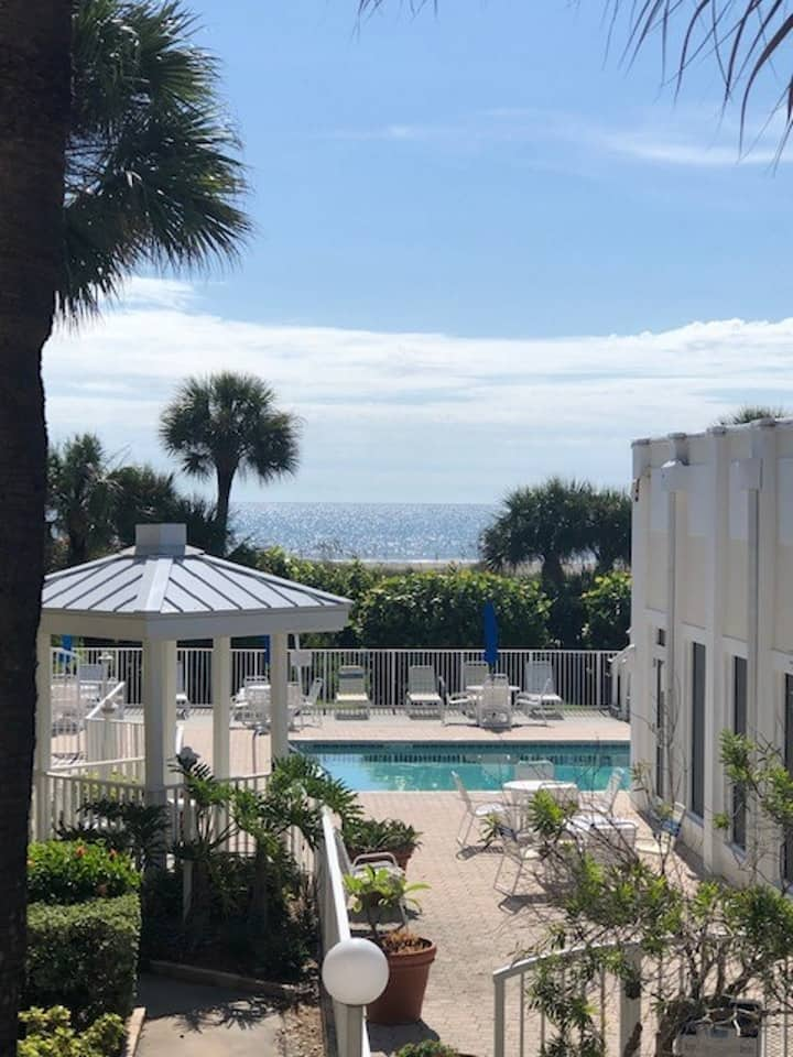 Fully Renovated 1B/1B Condo, Ocean View with Beach