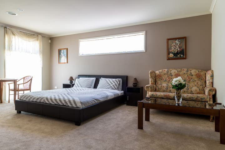 Master New King bed Ensuit&Breaky - Sunbury - Bed & Breakfast